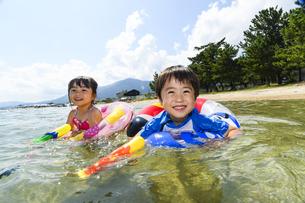 水鉄砲で遊ぶ女の子と男の子の写真素材 [FYI04563238]