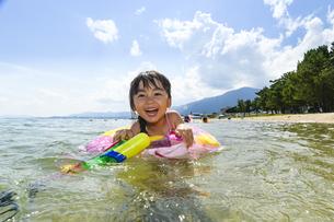 水鉄砲で遊ぶ女の子の写真素材 [FYI04563244]