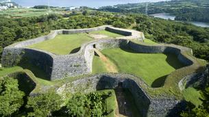 上空から眺める座喜味城跡の写真素材 [FYI04563591]