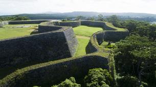 上空から眺める座喜味城跡の写真素材 [FYI04563595]