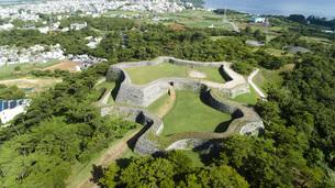 上空から眺める座喜味城跡の写真素材 [FYI04563597]