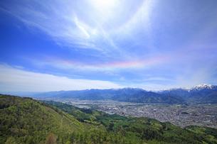 鷹狩山から望む大町市街と北アルプスと環水平アークの写真素材 [FYI04563808]