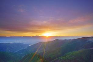 王ヶ鼻から望む松本市街と穂高連峰など北アルプスと夕日の写真素材 [FYI04563832]