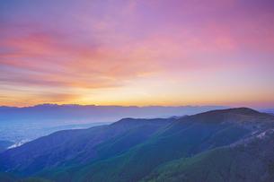 王ヶ鼻から望む松本市街と穂高連峰など北アルプスと夕焼けの写真素材 [FYI04563839]