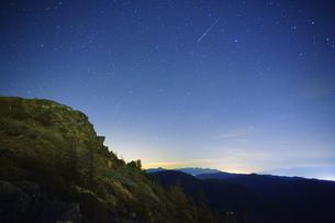 王ヶ鼻の岩稜と流星と八ケ岳遠望の写真素材 [FYI04563844]
