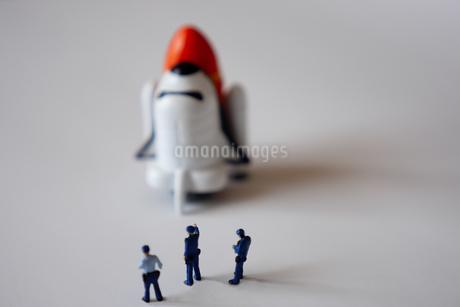 スペースシャトルを監視する警察官のミニチュアの写真素材 [FYI04563884]