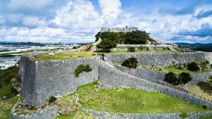 上空から眺める勝連城跡の写真素材 [FYI04563972]