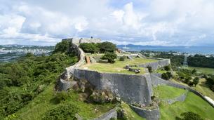 上空から眺める勝連城跡の写真素材 [FYI04563973]