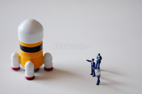 ロケットを監視する警察官のミニチュアの写真素材 [FYI04563978]