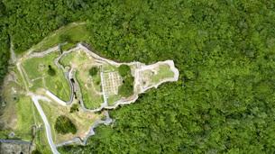 上空から眺める勝連城跡の写真素材 [FYI04564144]