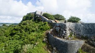 上空から眺める勝連城跡の写真素材 [FYI04564145]