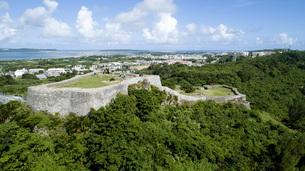 上空から眺める勝連城跡の写真素材 [FYI04564149]