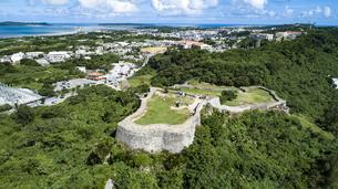 上空から眺める勝連城跡の写真素材 [FYI04564154]