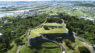 上空から眺める勝連城跡の写真素材 [FYI04564166]