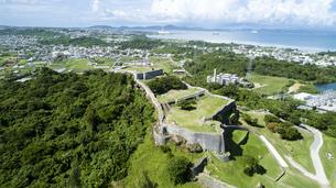 上空から眺める勝連城跡の写真素材 [FYI04564169]