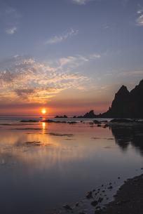 礼文島からの夕日の写真素材 [FYI04564397]