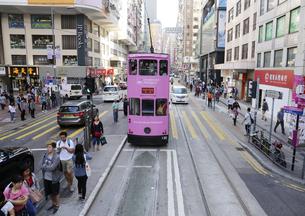 香港の街を行く路面電車トラム。トラムは英国植民地時代から走り続ける香港庶民の足の写真素材 [FYI04564797]