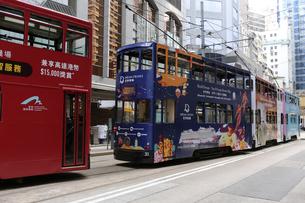 香港の街を行く路面電車トラム。トラムは英国植民地時代から走り続ける香港庶民の足の写真素材 [FYI04564798]