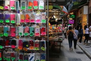 香港・旺角(モンコック/Mong Kok)の通菜街(通称女人街)。さまざまな洋服、スマホケースなどの屋台が並ぶの写真素材 [FYI04564799]
