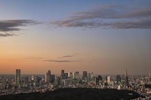 渋谷より望む新宿の超高層ビル群の夕景の写真素材 [FYI04564886]