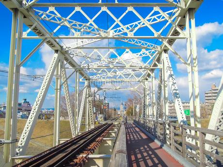 淀川橋梁 (おおさか東線)、通称「赤川鉄橋」の写真素材 [FYI04565434]
