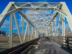 淀川橋梁 (おおさか東線)、通称「赤川鉄橋」の写真素材 [FYI04565435]