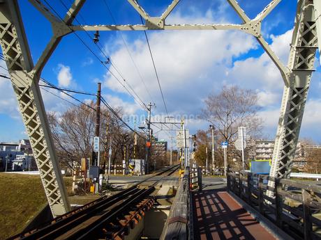 淀川橋梁 (おおさか東線)、通称「赤川鉄橋」の写真素材 [FYI04565436]