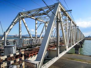 淀川橋梁 (おおさか東線) 通称「赤川鉄橋」は人も渡れる珍しい鉄道橋でしたの写真素材 [FYI04565437]