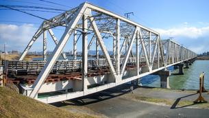 淀川橋梁 (おおさか東線) 通称「赤川鉄橋」は人も渡れる珍しい鉄道橋でしたの写真素材 [FYI04565438]
