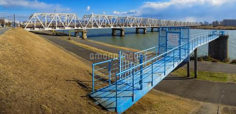 淀川橋梁 (おおさか東線)、通称「赤川鉄橋」の写真素材 [FYI04565439]