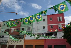 サッカー・ワールドカップ期間中に飾られるブラジル国旗と万国旗の写真素材 [FYI04565503]