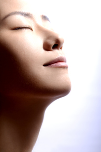 紫外線を浴びる女性の写真素材 [FYI04565561]