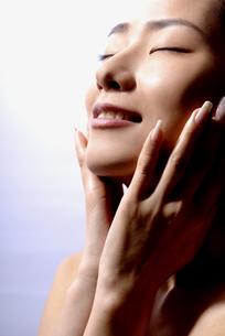 紫外線を浴びる女性の写真素材 [FYI04565563]