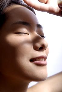 紫外線を浴びる女性の写真素材 [FYI04565564]