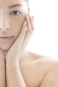 頬に触れる女性のビューティーイメージの写真素材 [FYI04565572]