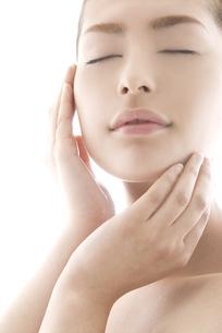 頬に触れる女性のビューティーイメージの写真素材 [FYI04565574]