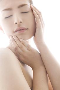 頬に触れる女性のビューティーイメージの写真素材 [FYI04565575]