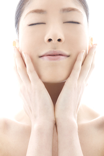 頬をなでる10代日本人女性の写真素材 [FYI04565584]