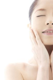 頬をなでる10代日本人女性の写真素材 [FYI04565585]