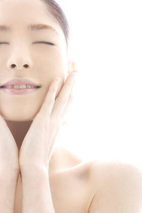 頬をなでる10代日本人女性の写真素材 [FYI04565586]