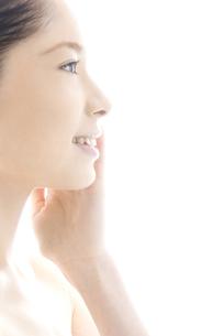 頬をなでる10代日本人女性の写真素材 [FYI04565593]