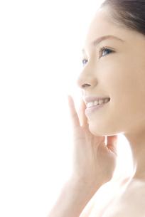 頬をなでる10代日本人女性の写真素材 [FYI04565636]