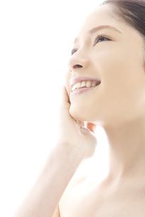 頬をなでる10代日本人女性の写真素材 [FYI04565663]