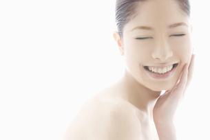 頬をなでる10代日本人女性の写真素材 [FYI04565666]