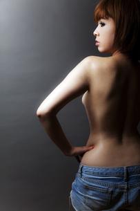 20代日本人女性のビューティーヌードの写真素材 [FYI04565707]