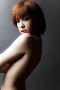 20代日本人女性のビューティーヌードの写真素材 [FYI04565708]