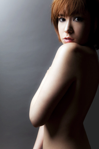 20代日本人女性のビューティーヌードの写真素材 [FYI04565715]