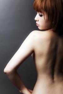 20代日本人女性のビューティーヌードの写真素材 [FYI04565722]