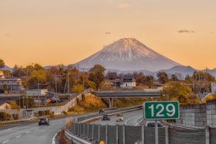 高速道路からの富士山夕景の写真素材 [FYI04565819]