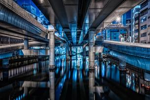 東京河川夜景(高速ジャンクション)の写真素材 [FYI04565823]
